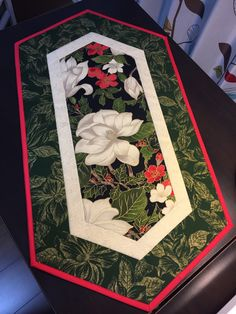 This Quilted Table Runner is a Beautiful Christmas… Quilted Table Runners Christmas, Patchwork Table Runner, Christmas Runner, Table Runner And Placemats, Table Runner Pattern, Christmas Quilt Patterns, Christmas Sewing, Christmas Crafts, Christmas Quilting