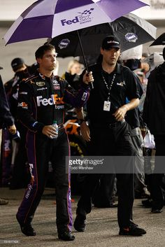 denny-hamlin-driver-of-the-fedex-express-toyota-holds-an-umbrella-picture-id151617424 (683×1024)