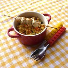 Lekker: zoete couscous met rozijntjes, cashews en wortel. Heerlijke malse kipspiesjes erbij - een goede maaltijd voor groot en klein! Recept op www.dekinderkookshop.nl/recipe-items/kipspiesjes-met-zoete-couscous