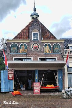 Cheese Museum in Edam, Noord-Holland. Visit Amsterdam, Cheese Shop, Eindhoven, Beautiful Buildings, Delft, Australia Travel, Around The Worlds, Holland Netherlands, Holland Country