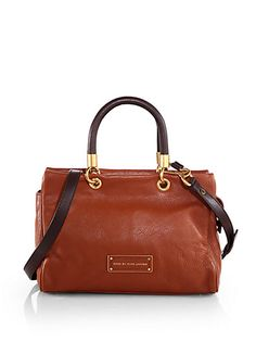 This Marc Jacobs bag is Too Hot to Handle. That's what it's called. Luxuriously supple, pebbled leather in a timeless design with a versatile detachable strap. Clutch Purse, Purse Wallet, My Bags, Purses And Bags, Handbag Accessories, Fashion Accessories, Marc Jacobs Bag, Leather Bag, Pebbled Leather