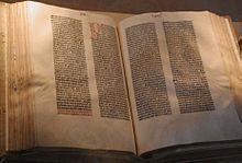 Bible de Gutenberg (né vers1400 à Mayence, décès le 3 février 1468 à Mayence), Bibliothéque du Congrès, Washington. Gutenbert était un imprimeur allemand dont l'invention des caractères metalliques mobiles a été déterminante dans la diffusion des textes et du savoir. 1454 date du 1° specimen  d'imprimerie venant de Mayence (petit document, poémes, grammaire latine...) la mise au point de la presse prend plus de temps , en 1454 impression de la Bible B42 en 641 feuillets répartis en 66…