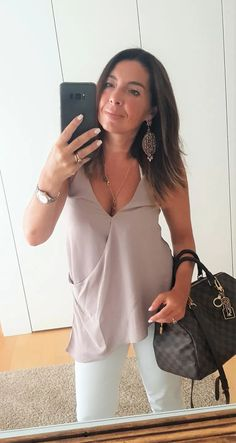 Come vestirsi dopo i 50 anni: come abbinare i jeans bianchi – no time for style Classy Fall Outfits, White Outfits, Jean Outfits, 2020 Fashion Trends, 50 Fashion, Fashion Over 40, How To Wear White Jeans, Summer Accessories, Outfit Combinations