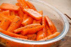 Nem opskrift på honningbagte gulerødder, der bages i ovnen ved 175 grader. Gulerødderne vendes med akacie honning og oregano. Til honningbagte gulerødder til fire personer skal du bruge: 500 gram gulerødder 2 spiseskefulde akacie honning 2 spiseskefulde olivenolie 2 spiseskefulde