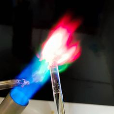 A cor da chama verde é característica da presença do sulfato de cobre e a vermelha é devido ao cloreto de estrôncio. No caso deste…
