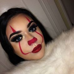 Looking for for inspiration for your Halloween make-up? Navigate here for cute Halloween makeup looks. Maquillage Halloween Clown, Halloween Makeup Clown, Halloween Inspo, Scary Girl Halloween Costumes, Halloween Make Up Scary, Simple Halloween Makeup, Beautiful Halloween Makeup, Halloween Eyeshadow, Masquerade Halloween Costumes
