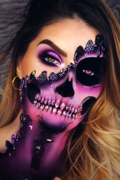 Are you ready for the idea of Halloween makeup looks? let's take a look at the best Halloween make-up we have. All Halloween costumes are included. Creepy Halloween Makeup, Creepy Makeup, Amazing Halloween Makeup, Halloween Eyes, Halloween Makeup Looks, Halloween Skeletons, Halloween 2020, Halloween Make Up Scary, Pretty Halloween