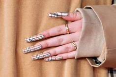 Photo of Billie Eilish& Burberry-Inspired Nail Art Was So Fresh, It Deserved Its Own Runway Show Burberry Nails, Gucci Nails, Billie Eilish, Summer Acrylic Nails, Best Acrylic Nails, Aycrlic Nails, Swag Nails, Stylish Nails, Trendy Nails