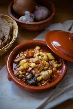 Cómo hacer callos a la andaluza,  500 gr garbanzos secos, 1 kgr oreja de cerdo cocida y adobada, 1 kgr estómago de ternera (cocido con su gelatina), 1 codillo de cerdo salmurizado, 3 chorizos de rosario (unos 200 gr), 1 morcilla fresca (de unos 300 gr).  Para el sofrito: 1 cebolla, 2 pimientos verdes, de freír (italianos), 4 dientes de ajo, 1 tomate grande muy maduro, 100 cc aceite de oliva virgen extra.  Especias e hierbas aromáticas: 4 clavos de olor, pizca de nuez moscada molida, 3-4…
