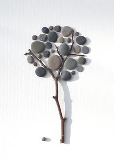 60 Best Stone Art Ideas Perfect For Beginners - artmyideas Stone Crafts, Rock Crafts, Diy Home Crafts, Crafts With Rocks, Diy Para A Casa, Family Tree With Pictures, Art Pierre, Pebble Pictures, Stone Pictures