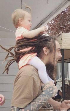 """hugepoppa: """"wealdnymph: """" My uncle ties his dreads around my cousin to keep her from falling off his shoulders and I think it's the greatest thing I've ever seen. """" White people with dreads are. Parenting Humor, Parenting Hacks, Parenting Win, Dreads Styles, Dreadlock Hairstyles, Baby Safety, Crazy Hair, Best Funny Pictures, Funny Pics"""