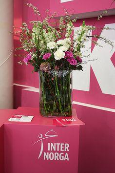 counterdecoration pink for pink, #Blumendekoration in #Rosa für den #Counter, #Tresen auf der Messe in Hamburg, #Internorga, #pinkcube, Foto Birgit Puck