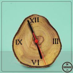 Relógio feito com reaproveitamento de tronco de árvore, como não amar?