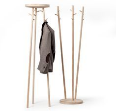 Robert Bronwasser designed Twist for Cascando with a wink. The use of timbers gives the coat stand a warm appearance. It can be assembled in two different ways whereby the connecting, solid disc forms either a hat rack or a stabilising base. Rack Design, Stand Design, Coat Hanger, Wall Hanger, Coat Racks, Design Your Dream House, House Design, Clothes Stand, Clothes Hanger