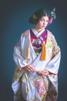 打掛『白地緞子色紙』、掛下『紫手刺繍花丸紋』光沢感のある緞子地に、柔らかなペールトーンの細かな柄が詰め込まれた色打掛。黄色い花や、藤色の花、小さく飛ぶ鶴など、優しい印象が閉じ込められた一枚です。 - http://cucu-ru.com/galleries/231/