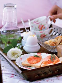 Surpreenda a sua mãe com café da manhã na cama. Ovos quentes, torradas com salmão defumado, água com hortelã... Coloque só delícias que ela gosta | breakfast | cofee time | morning