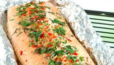 When inviting many people for dinner there is nothing simpler than grilling a whole Norwegian salmon fillet. Here it gets delicious flavours of honey and lemongrass. Shrimp Ceviche, Creamed Honey, Creamed Spinach, How To Cook Potatoes, Avocado, Salmon Fillets, Coriander Seeds, Romantic Dinners, Baked Salmon