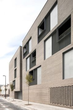 Best Modern Apartment Architecture Design 33 image is part of 80 Best Modern Apartment Architecture Design 2017 gallery, you can read and see another amazing image 80 Best Modern Apartment Architecture Design 2017 on website Architecture Résidentielle, Modern Architecture Design, Building Facade, Building Design, Brick Design, Exterior Design, Facade Design Pattern, Facades, Bricks
