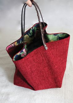 (参考作品)正方形を接ぎ合わせて持ち手を接ぎ合わせ位置に付けたバッグユニークなシルエットになりそう。素材と色柄を吟味して作りたいな。