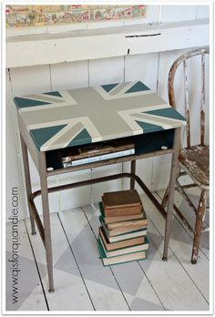 Q is for Quandie got really creative with this old school desk! She used Fusion to paint on the Union Jack! So trendy! #fusionmineralpaint