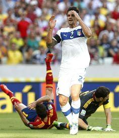 GRA372. FORTALEZA (BRASIL), 27/06/2013.- El defensa de Italia Christian Maggio (c) ante los jugadores de España, el portero Iker Casillas (d) y Jordi Alba durante el partido de la semifinal de la Copa