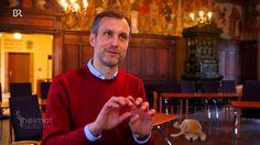 """Meisterschmied Tom Janota hat für seine Heimatstadt Friedberg eine Art """"Stadtring"""" entworfen, der Traditionshandwerk mit modernem Schmuckdesign verbindet. Mit den modernen Ringen hat er ein neues Heimatsymbol geschaffen, mit dem die Friedberger sozusagen ihre Heimatliebe am Ringfinger tragen können. Auch individuelle Wünsche für die Ringe können eingearbeitet werden. Jetzt schmiedet der 37-jährige weitere Pläne. Er will auch für die Augsburger einen Stadtring entwerfen."""