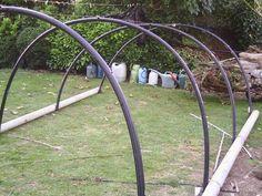 Serre tunnel de jardin avec du materiel de récupération pas cher en auto-construction