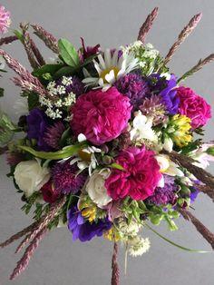 Brudebuket bundet af blomster fra have og grøftekant / Informal wedding bouquet with garden and wild flowers