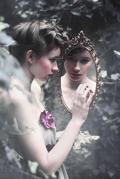 Lache dein spiegelbild an.Each time she looked in the mirror she saw only magic. Foto Fantasy, Fantasy World, Fantasy Photography, Fashion Photography, Foto Art, Through The Looking Glass, Mirror Image, Mirror Mirror, Magic Mirror