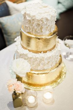 Metallic wedding cakes have been the hottest trend during several years and they still are! Why are they so fashionable? A metallic cake looks very eye-catching, it can fit many wedding styles and can become a real masterpiece – not only tasty. Metallic Cake, Metallic Wedding Cakes, Gold Cake, Metallic Weddings, Gold Wedding, Wedding White, Metallic Colors, Diy Wedding, Rustic Wedding