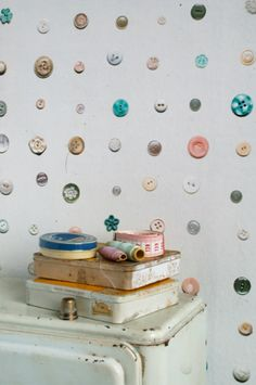 wallpaper pattern: photos of buttons! Knopen behang | Producten | Studio ditte.