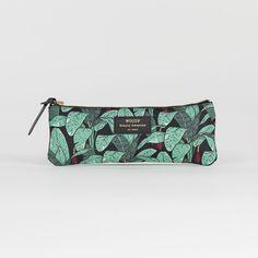 Trousse Jungle - Woouf - Monoï, Flamingo ou Jungle… Un parfum d'exotisme vient habiller la collection de pochettes et de trousses designées par Woouf ! Véritables accessoires de style, ils multiplient les motifs en all-over pour un effet visuel résolument tendance qui vous accompagne partout.