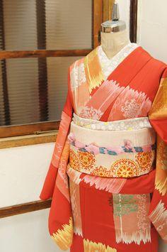 アンティークレースを浮かべたような変わり市松風の飾り模様が織り出された大正浪漫・昭和レトロな詩情ただよう袷着物です。