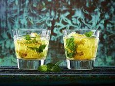 Tee-Cocktail mit Passionsfrucht, Minze und Rum