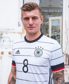 Milan, Toni Kroos, Manchester United Team, Chelsea, Sad Pictures, Soccer Stars, Male Poses, Boy Hairstyles, Turkish Actors