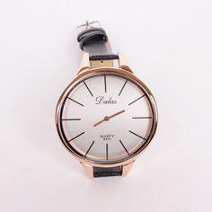 Елегантен дамски часовник с тънка черна верижка от еко кожа и голям бял циферблат обточен със златист кант. Стрелките  на часовника са в златисто и има леко извита форма която пасва идеално на ръката.