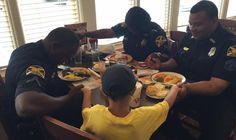 Foto de momento de oração de menino por policiais em restaurante emociona nas redes sociais e se torna viral