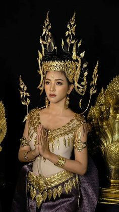 Traditional Fashion, Traditional Dresses, Versace Jewelry, Khmer Empire, Classy Women, Classy Lady, Different Art Styles, Beautiful Japanese Girl, Cambodia