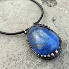 Třpytící se noční obloha... Šperk je vyroben z lapisu lazuli. Rozměry šperku jsou cca 4 x 6 cm. Šperk je zavěšen na kožený řemínek délky cca 45 cm, který je zakončen naším originálním, ručně vyrobeným zavíráním. Při výrobě nepoužívám žádné kupované komponenty, vše je ruční práce. Na záčátku každého šperku je pouze kámen, cín a drát...a ...