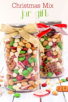 Christmas Snack Mix Delicious Christmas Snack Mix - perfect for parties! M&M's, pretzels, andes peppermints, white chocolate chips, and peanuts make this a hit! Christmas Snack Mix, Mason Jar Christmas Gifts, Holiday Snacks, Christmas Sweets, Christmas Goodies, Holiday Recipes, Christmas Ideas, Food Gifts For Christmas, Mason Jar Gifts