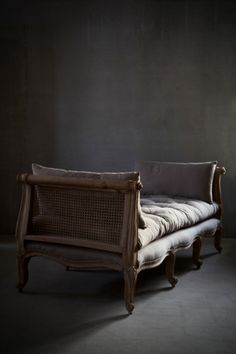 Lovely little sleigh-bed.hmmm or is it a chaise. Deco Baroque, Interior And Exterior, Interior Design, Ivy House, Take A Seat, French Decor, Sofa Chair, Sofa Bed, Decoration