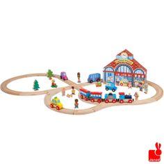 Janod Story Express het stadsleven en rails.  De trein komt de stad in! Speel met alle poppetjes de stad echt na. http://www.janod.nl/janod-story-express-het-stadsleven-en-rails.html