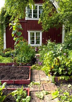 90 Beautiful Small Cottage Garden Ideas for Backyard Inspiration - frontbackhome Small Cottage Garden Ideas, Garden Cottage, Home And Garden, Family Garden, Garden Art, Farm Gardens, Outdoor Gardens, Swedish Cottage, Red Houses
