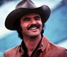 Como propietario de uno de los bigotes más famosos de la década, Burt Reynolds ganó a mujeres y hombres por igual con papeles en The Longest Yard y Smokey and the Bandit.