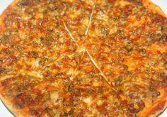 Een heerlijke pizza met een knapperige bodem belegd met gehakt, paprika, champignons en courgette. De hoeveelheid van het gehakt heb ik niet afgewogen. Ik heb 1 diepvrieszakje uit de diepvries gehaald en volledig gebruikt. Ik heb hier trouwens wel 4 pizza's uit gekregen.