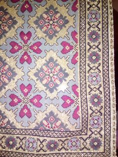 Palestinian Embroidery, Cross Stitch Patterns, Cross Stitches, Handmade Rugs, Needlework, Bohemian Rug, Diy And Crafts, Knitting, How To Make