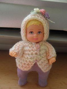 Barbie Baby Krissi in der Bekleidung mit Blumen verziert.
