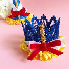 MINI Snow White sombrero del partido de Insired por MintPinkSugar Snow White Cake, White Party Decorations, Birthday Accessories, Snow White Birthday, Princess Theme Party, Alice In Wonderland Party, Candy Party, Gaston, Craft Party