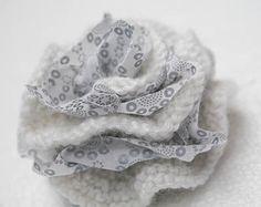 Broche Fleur en tricot Arts And Crafts, Paper Crafts, Diy Crafts, Crochet Flowers, Fabric Flowers, Flower Brooch, Diy Jewelry, Knit Crochet, Textiles