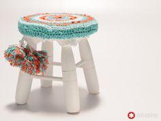 Banco con funda de crochet. Por Camila Aparicio.